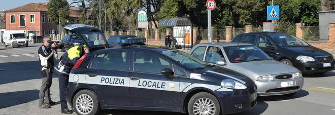 Un posto di controllo della polizia locale di Treviso