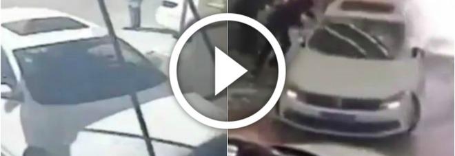 Scontento dell'acquisto, sfonda la vetrata del concessionario con la sua nuova auto -VIDEO
