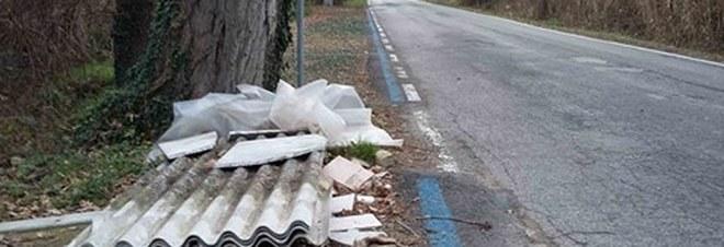 Allarme amianto nel parco naturale: lastre di eternit abbandonate a Vallugola