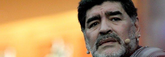Maradona risponde: «Dani Alves stupido, non azzecca un cross»