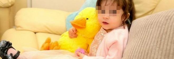 Ceylan, 2 anni, cade dal carrello e batte la testa. Per i medici sta bene, dopo 9 giorni la scoperta choc -Foto