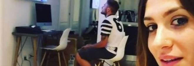 Ciro Immobile rapito dal videogame ignora la sexy moglie, lei lo provoca così