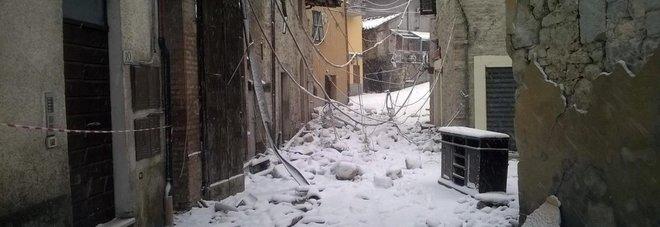 Macerie e neve a Castelsantangelo su Nera