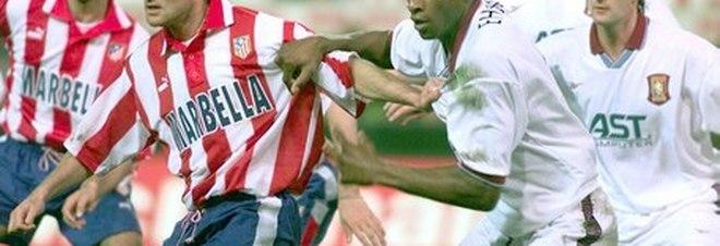 Ehiogu, a destra, in azione contro Vieri in un Atletico Madrid-Aston Villa di fine anni Novanta