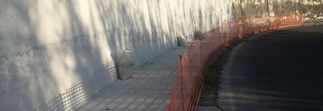 Il tratto del muro di via Ciamarra su cui sono  partiti gli interventi