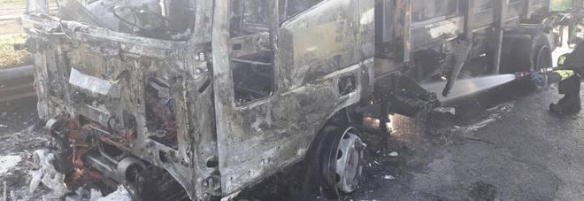 L'autocompattatore distrutto dalle fiamme