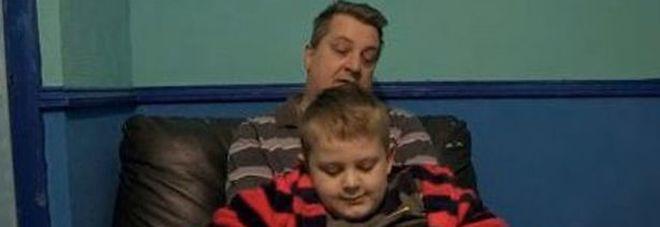 """Bimbo violento a 9 anni, calci e pugni al papà. """"Ti do fuoco nel sonno"""". L'incubo in casa -Foto"""