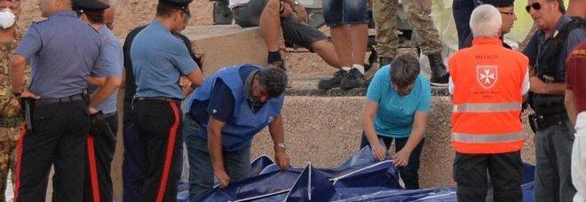 I soccorsi a Lampedusa (foto Ettore Ferrari - Ansa)