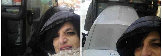 L'ostetrica sfida un metro di neve e va al lavoro con il trattore /Foto