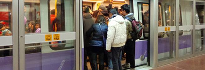 Bidone sospetto vicino ai binari, evacuata metro stazione Centrale: linee verde e gialla ferme mezz'ora