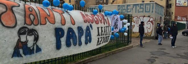 Niente festa del papà all'asilo: protesta davanti alla scuola, arriva la polizia -Foto