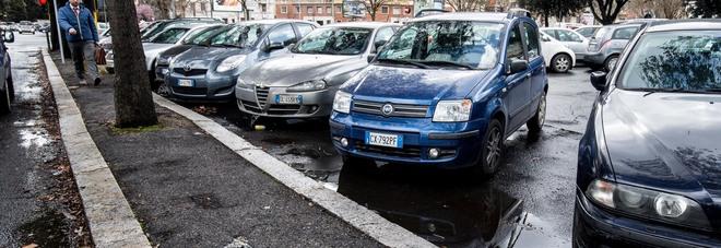 """Il parcheggiatore abusivo a piazzale Clodio: """"Guadagno anche 100 euro al giorno. Multe rare, non le pago"""""""