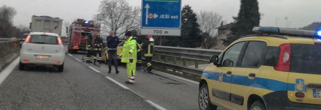 Auto in fiamme, caos sulla superstrada 76 Code e traffico in tilt verso Ancona