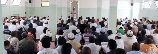 "L'imam sale in cattedra e parla  di Islam: bufera alla media ""Pertile"""