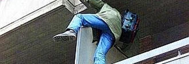 Faccia a faccia con due ladri che fuggono dall'abitazione lanciandosi dalla finestra