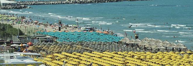 Pesaro, furti di telefonini in spiaggia Miriade di colpi, ladro condannato