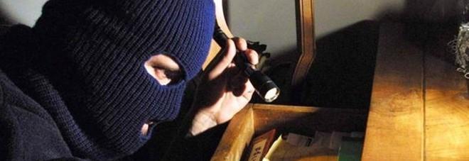 Pesaro, i ladri assaltano due negozi Ma sono più i danni che il bottino