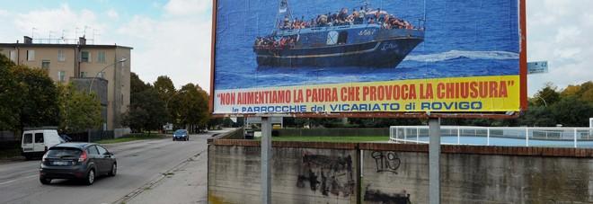 Cartelli delle parrocchie: accogliete  gli immigrati, ascoltate il Papa