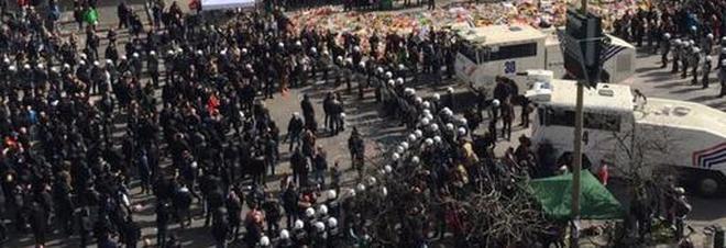Bruxelles, neonazisti in piazza nonstante il divieto: tensione e scontri con la polizia