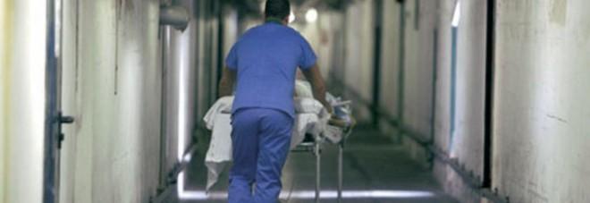 La barella si rompe, paziente cade e muore: tragedia in ospedale