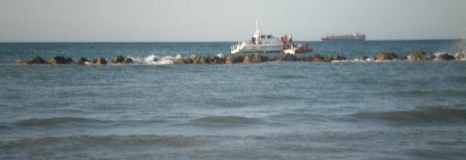 La barca si rovescia, chiama aiuto dalla chiglia in mezzo al mare