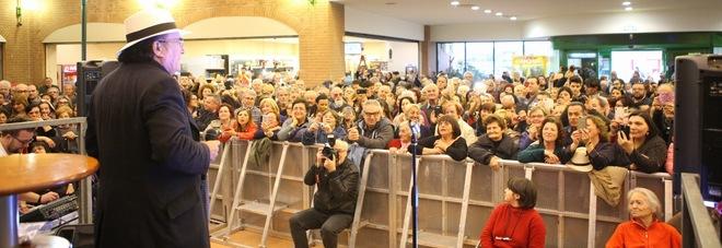 Canzoni e foto con i fans Al centro commerciale grande folla per Al Bano