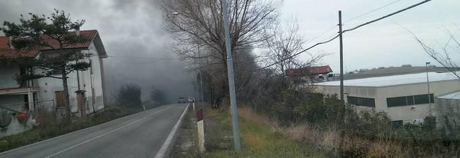 San Costanzo, scintilla dalla stufa incendia il capanno: attimi di paura