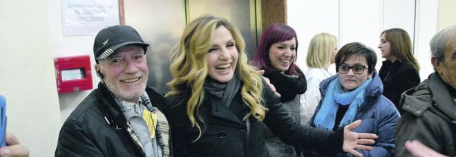 Lorella Cuccarini in visita al Moscati: «Al fianco di una città profondamente ferita»