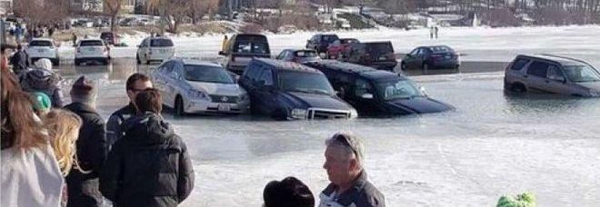Parcheggiano sul lago ghiacciato, si alza la temperatura e le auto finiscono in acqua