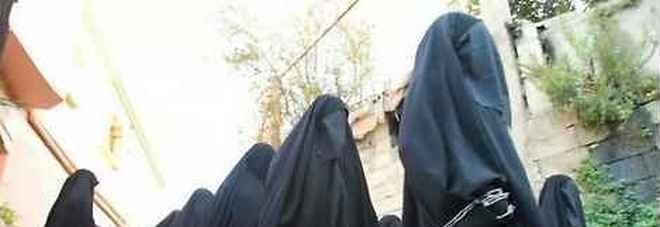Isis, ecco come i jihadisti si assicurano schiave sessuali: i metodi per continuare a stuprare