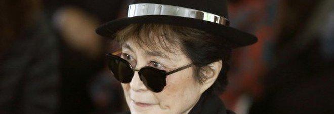 """Yoko Ono ricoverata: """"Possibile infarto"""". Ma il figlio smentisce: """"Solo influenza"""""""