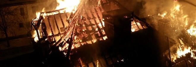 A fuoco palazzina di 4 piani, distrutti il tetto e la mansarda
