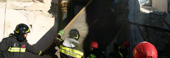 I vigili del fuoco salvano opere d'arte medievali nella chiesa terremotata