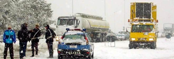 Neve sull'autostrada A14, presidi ai caselli per fermare i tir in entrata
