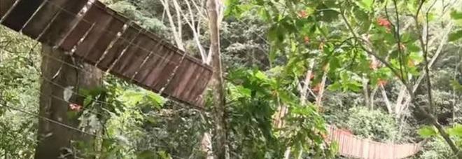 Crolla ponte sospeso, turisti precipitano nel vuoto: 11 morti