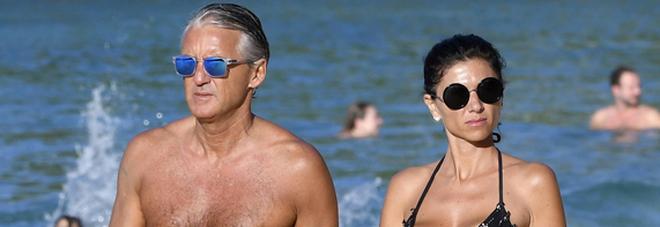 Roberto Mancini, vacanze al mare con la sexy mora misteriosa -Foto
