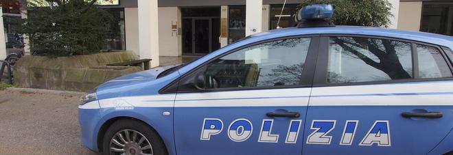 Siringa e bastone, aggredisce  portiere dell'hotel: arrestato 41enne