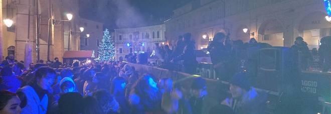 Fermo, la festa in piazza fa il pieno di giovani