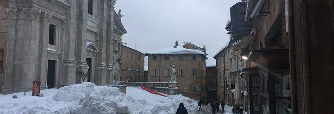 Urbino, la torre campanaria fa paura Sgomberato un alloggio di studenti