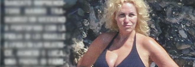Antonella Clerici in bikini a Portofino con Vittorio Garrone e la figlia Maelle