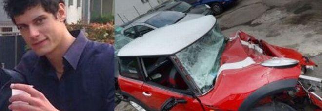 La vittima, Alex Di Stefano, e i resti dell'auto (archivio)
