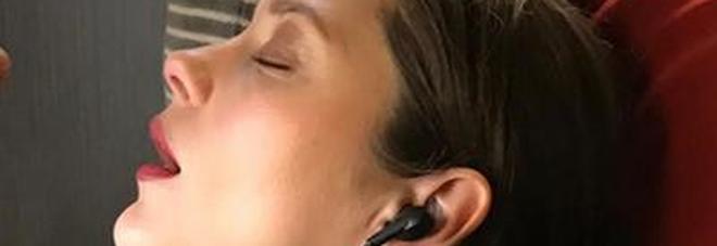 Marion Cotillard dorme a bocca aperta sul treno: lo scatto diverte i fan -Guarda