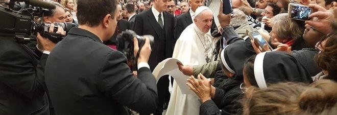 Papa Francesco commosso con i terremotati: «Ricordo un frate di Catselraimondo»