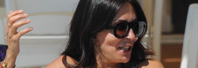 Sabrina Ferilli, primo sole e ore di relax sulla spiaggia di Ostia