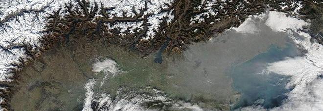 Il nord Italia visto dall'alto e la cappa di grigio sopra il Veneto