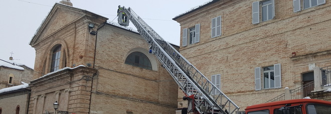 Falerone, crolla il tetto della chiesa di S.Giovanni, tanta paura in centro