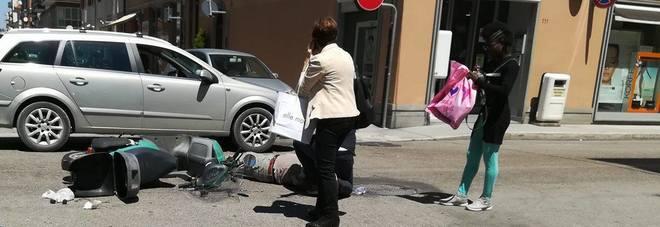 Scooter travolto da un'auto in un incrocio del centro Un uomo portato in ospedale