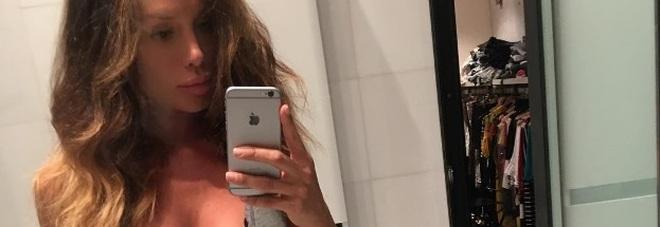 Nicole Minetti irriconoscibile: capelli arruffati e in disordine nella nuova vita a Ibiza -Foto
