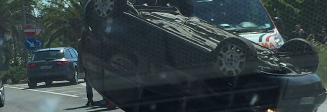 Perde il controllo dell'auto sbanda e cappotta: donna finisce all'ospedale