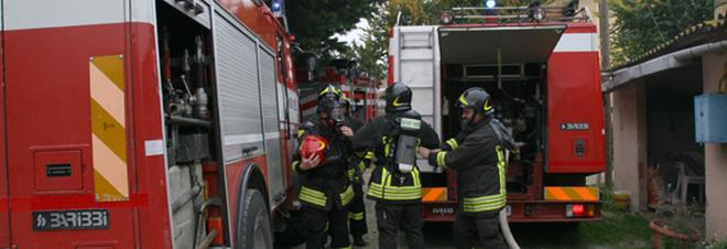Un ettaro di sterpaglie in fiamme: minacciato anche un casolare